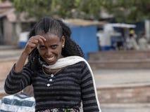 Эфиопская женщина с с художественной точки зрения созданным стилем причесок, 27-ое апреля 2019, Axum, Эфиопия стоковые изображения