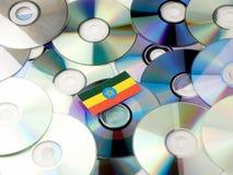 Эфиопский флаг na górze кучи КОМПАКТНОГО ДИСКА и DVD изолированной на белизне Стоковые Фотографии RF