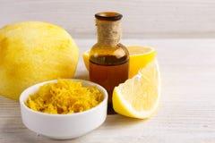 Эфирное масло лимона на белой предпосылке Стоковая Фотография RF
