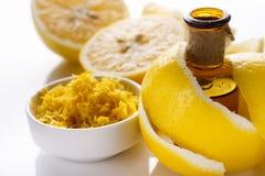 Эфирное масло лимона на белой предпосылке Стоковые Изображения