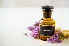 Эфирное масло с предпосылкой цветков Стоковое Фото
