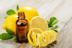 Эфирное масло лимона и плодоовощ лимона Стоковые Фото