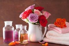 Эфирное масло и розовая парфюмерия курорта ароматерапии цветков Стоковые Изображения