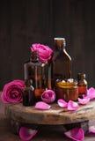 Эфирное масло и розовая парфюмерия курорта ароматерапии цветков Стоковые Изображения RF