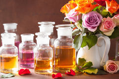 Эфирное масло и розовая парфюмерия курорта ароматерапии цветков Стоковые Фото