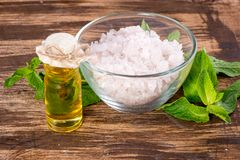 Эфирное масло и соль с мятой для курорта Стоковые Изображения