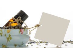 Эфирное масло, пустая бирка внутри винтажного олова, и подача лаванды Стоковая Фотография RF