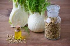 Эфирное масло фенхеля, шарик и семена, селективный фокус на темное деревянном Стоковое Изображение RF