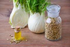 Эфирное масло фенхеля, шарик и семена, селективный фокус на темное деревянном Стоковое фото RF