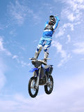 эффектное выступление всадника грязи bike Стоковая Фотография