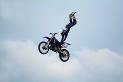 эффектное выступление мотоцикла акробатики стоковое фото rf