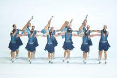 Эффектное выступление грациозностей команды катаясь на коньках Стоковое Фото