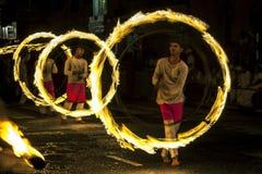 Эффектное место как танцоры шарика огня выполняет вдоль улицы в Канди во время Esala Perahera в Шри-Ланке Стоковое Фото