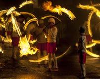 Эффектное место как танцоры шарика огня выполняет вдоль улицы в Канди во время шествия Esala Perahera большого в Шри-Ланке Стоковое Изображение