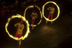 Эффектное место как танцоры шарика огня выполняет вдоль улицы в Канди во время шествия Esala Perahera большого в Шри-Ланке Стоковые Изображения