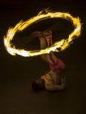 Эффектное место как танцор шарика огня выполняет вдоль улицы в Канди во время шествия Esala Perahera большого в Шри-Ланке Стоковые Изображения RF