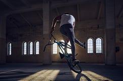 Эффектные выступления BMX в sunray крытом Стоковые Фотографии RF