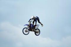 эффектные выступления motocross стоковая фотография