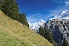 Эффектные горные виды между Murren и Allmendhubel (Berner Oberland, Швейцарией) Стоковое Изображение RF
