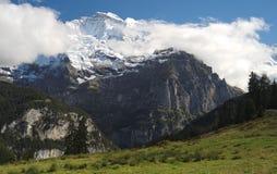 Эффектные горные виды около городка Murren (Berner Oberland, Швейцарии) Стоковые Изображения RF