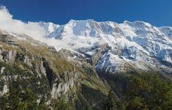 Эффектные горные виды около городка Murren (Berner Oberland, Швейцарии) Стоковое Фото