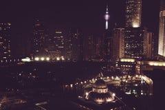 Эффектный вид на город ночи Небоскребы Куалаа-Лумпур, Малайзия Метрополия дела здания самомоднейшие Роскошные перемещение и touri Стоковые Изображения RF