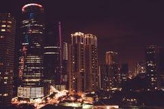 Эффектный вид на город ночи Небоскребы Куалаа-Лумпур, Малайзия Метрополия дела здания самомоднейшие Роскошные перемещение и touri Стоковые Фото