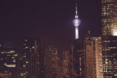 Эффектный вид на город ночи Небоскребы Куалаа-Лумпур, Малайзия Метрополия дела здания самомоднейшие Роскошные перемещение и touri Стоковое Изображение RF