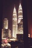 Эффектный вид на город ночи от окна Небоскребы Куалаа-Лумпур известные Метрополия дела здания самомоднейшие роскошное перемещение Стоковые Изображения RF