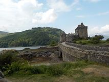 Эффектный замок Eilean Donan, гористые местности Шотландия стоковое изображение