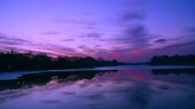 Эффектный красный заход солнца над озером акции видеоматериалы