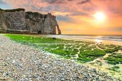 Эффектный мшистый пляж и волшебный заход солнца около Etretat, Нормандии, Франции стоковые изображения