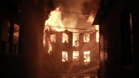 Эффектный огонь дома сток-видео