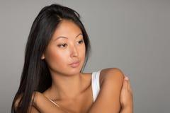 Элегантная азиатская девушка на серой предпосылке Стоковое Изображение RF