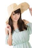 Элегантная азиатская женщина с шляпой стоковые изображения