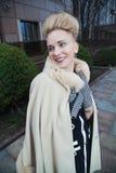 Элегантная белокурая женщина в ретро стиле в улице осени Стоковые Фотографии RF