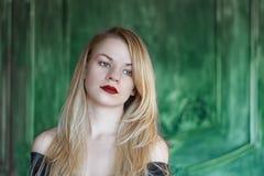 Элегантная блондинка в черном платье около стены grunge стоковые фотографии rf