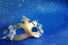 элегантная венецианская маска на голубой предпосылке яркого блеска стоковая фотография rf