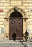 Элегантная дверь здания в квартале Mesto взгляда, Праге, чехии Стоковое Фото