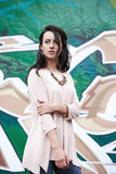 Элегантная девушка на предпосылке граффити Стоковые Изображения