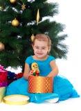 Элегантная девушка около рождественской елки Стоковое Изображение