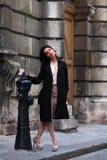 Элегантная женщина брюнет на улице европейского города Стоковая Фотография RF