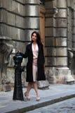 Элегантная женщина брюнет на улице европейского города Стоковая Фотография
