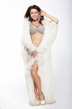 Элегантная женщина в горжетке представляя в студии стоковая фотография rf