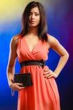 Элегантная женщина в платье держит сумку Стоковое Фото