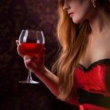 Элегантная женщина держа бокал вина стоковая фотография