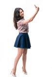 Элегантная женщина делая фото selfie на smartphone Стоковая Фотография