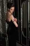 Элегантная женщина и зеркало стоковое изображение rf
