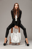 Элегантная женщина с сумкой моды Стоковые Фото