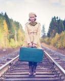 Элегантная женщина с чемоданом путешествуя рельсом Стоковые Изображения RF